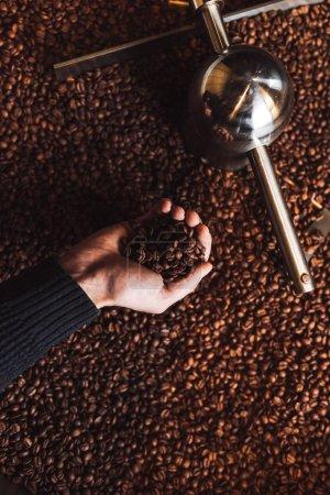 Photo pour Grains de café aromatiques torréfiés dans une machine de torréfaction de café moderne . - image libre de droit