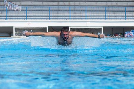 Photo pour Jeune homme nageant dans la piscine. - image libre de droit