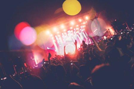 Foto de Personas irreconocibles en concierto. Luces del escenario, efectos de colores - Imagen libre de derechos