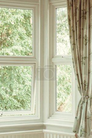 Photo pour Fenêtre d'angle avec rideau - image libre de droit