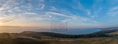 Photo pour Le soleil couchant sur la baie du Petit lac de mer Baïkal. Russie, île Olkhon. Tiré du drone - image libre de droit