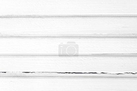 Photo pour Planches ou planches en bois peintes en blanc avec des lignes horizontales et fissures - Concept abstrait d'image de fond - image libre de droit