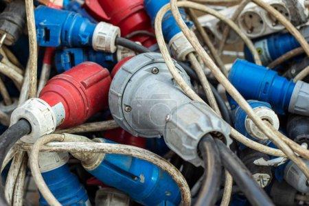 Photo pour Nombreuses fiches de type Iec-60309 avec câbles à usage industriel. Fiches de tension triphasées. Gros plan. - image libre de droit
