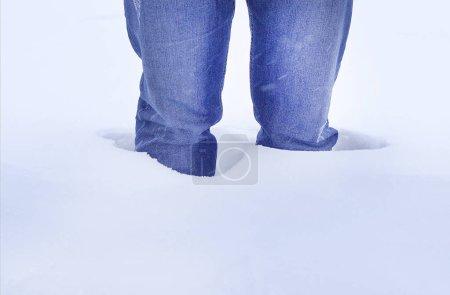 Photo pour L'homme se tient dans la neige genou profond, gros plan - image libre de droit