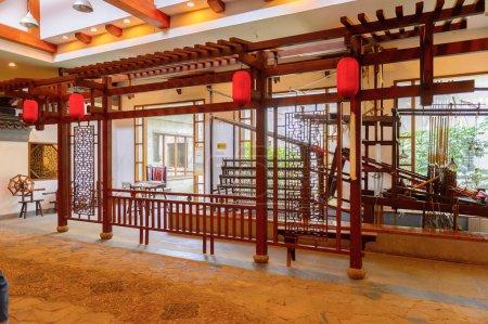 Photo pour Suzhou, Chine - 1er avril 2016 : Ancienne machine de fabrication de soie au musée, à l'usine et à la boutique de soie à Suzhou, Chine. L'une des destinations touristiques populaires - image libre de droit