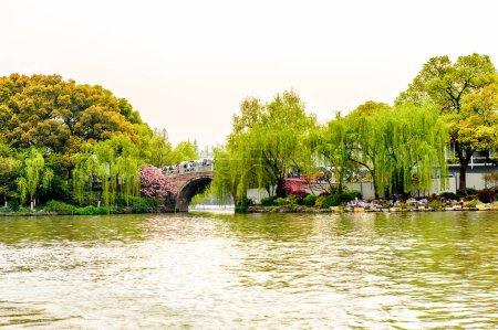 Foto de Hangzhou, China - Abr 2, 2016: El barco chino tradicional en el Lago del Oeste (lago Xi hu) es un lago de agua dulce en Hangzhou. Sit Patrimonio de la Humanidad de la Unesco - Imagen libre de derechos