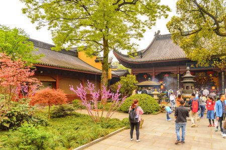 Photo pour Hangzhou, Chine - 2 avril 2016: Complexe du temple de Lingyin (Temple de la retraite de l'âme). L'un des temples bouddhistes les plus grands et les plus riches de Chine - image libre de droit