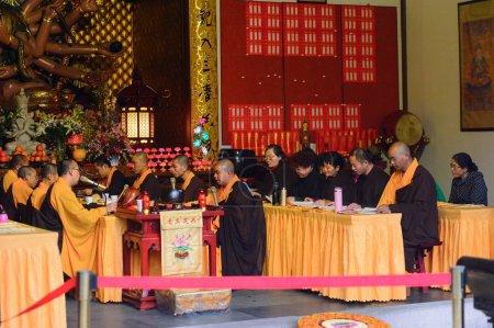 Photo pour Hangzhou, Chine - 2 avril 2016: Statue de Bouddha à l'une des pagodes de Bouddha au temple de Lingyin (Temple de la retraite de l'âme) complexe. L'un des plus grands temples bouddhistes de Chine - image libre de droit