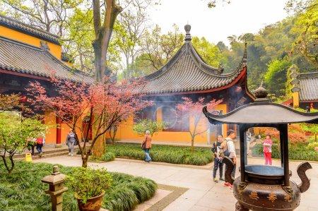 Photo pour Hangzhou, Chine - 2 avril 2016 : Une des pagodes de Bouddha au temple de Lingyin (Temple de la retraite de l'âme) complexe. L'un des temples bouddhistes les plus grands et les plus riches de Chine - image libre de droit