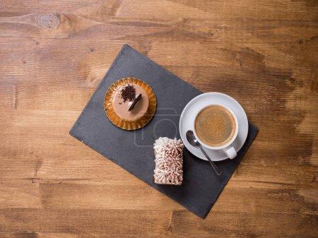 Photo pour Vue de dessus du dessert traditionnel avec une tasse de café près de lui. Gâteau au chocolat fraîchement cuit. Délicieux café. Gâteaux savoureux . - image libre de droit