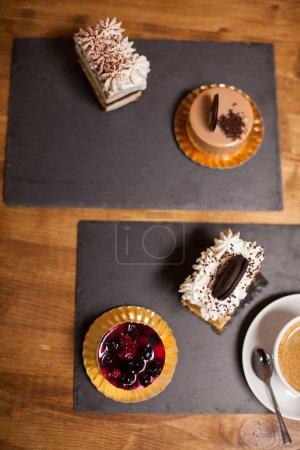 Photo pour Vue de dessus du gâteau décoré sucré avec des fruits frais dans un café. Délicieux gâteau avec crème blanche sur le dessus. Gâteau avec biscuit savoureux . - image libre de droit