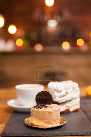 Photo pour Photo rapprochée de délicieux gâteau au chocholate avec de savoureux biscuits sur le dessus. Des mini gâteaux savoureux dans un café. Desserts traditionnels . - image libre de droit