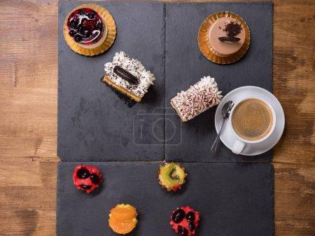 Photo pour Photo de vue de dessus de délicieuse boulangerie différente sur une table en bois. Fraîchement cuit. Délicieuse éloquence. Desserts savoureux . - image libre de droit