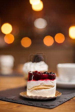Photo pour Gâteau savoureux et délicieux avec des fruits sur le dessus. Délicieux dessert. Dessert traditionnel. Gâteau à la crème au citron . - image libre de droit
