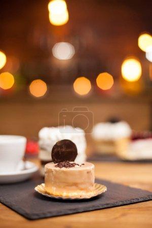 Photo pour Gâteau traditionnel savoureux au citron dans un café. Gâteau savoureux. Gâteau sucré avec biscuit sur le dessus . - image libre de droit