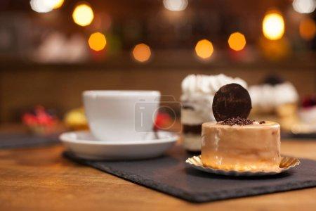 Photo pour Biscuit savoureux sur un délicieux gâteau au chocholate près d'un café traditionnel. Chocolat à la crème blanche. Gâteau au chocholate savoureux . - image libre de droit