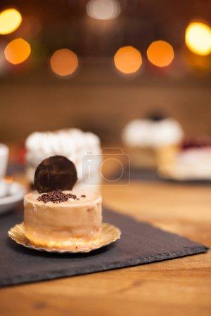 Photo pour Délicieux mini gâteau avec des miettes de chocholate et biscuit savoureux sur le dessus. Délicieux gâteau cuit avec des ingrédients traditionnels . - image libre de droit