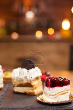 Photo pour Mini gâteau aux baies fraîches et crème vanille dans un café. Dessert traditionnel avec des ingrédients naturels. Gâteau chocholoate savoureux dans un café . - image libre de droit