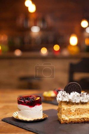 Photo pour Dessert maison avec des fruits frais et de la crème salée sur le dessus. Des gâteaux sans sucre. Gâteau savoureux avec biscuit sur le dessus. Gâteau à la crème au citron au milieu - image libre de droit