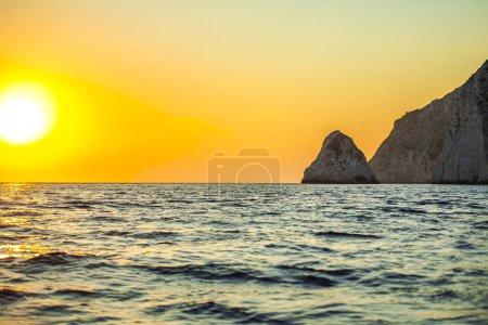 Photo pour Falaise rocheuse en Grèce, fond naturel . - image libre de droit