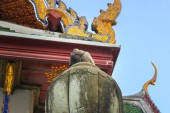 """Постер, картина, фотообои """"Два голубя. Стоя на крыше храма. Ват Сутхат. В дневное время. в Бангкоке. Таиланд"""""""