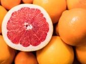 """Постер, картина, фотообои """"Нарезанный Грейпфрут красный рубин поверх апельсинов и мандаринов. Цитрусовые фрукты."""""""