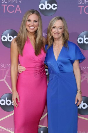 Photo pour LOS ANGELES - 15 AOÛT : Hannah Brown, Karey Burke à l'ABC Summer TCA All-Star Party à la SOHO House le 15 août 2019 à West Hollywood, Californie - image libre de droit