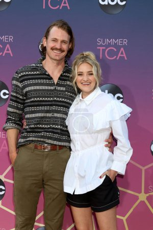 Photo pour LOS ANGELES - 15 AOÛT : Josh Pence, AJ Michalka à l'ABC Summer TCA All-Star Party à la SOHO House le 15 août 2019 à West Hollywood, CA - image libre de droit