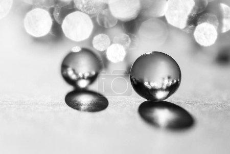 Peu de verre boules en plein soleil, macro. Photo d'abstrait, noir et blanc