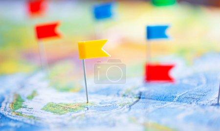 Reisekonzept mit farbigen Fahnenstecknadeln und Weltkarte, Nahaufnahme