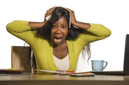 jeune attrayant stressé et surmené noir afro-américain femme d'affaires de travail bouleversé hurlant fou désespéré au bureau ordinateur sentiment accablé souffrance stress