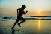 """Постер, картина, фотообои """"силуэт женщины молодых счастливым и привлекательным афро-американский бегун, упражнения в работает фитнес-тренировки спринт на красивый пляж, бег трусцой и наслаждаться закатом в здоровых природе"""""""