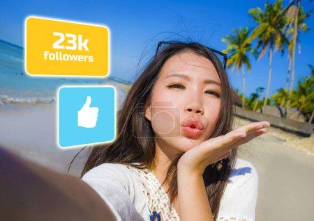 Photo pour Succès asiatique influenceuse des médias sociaux fille prendre selfie dans la plage. jeune belle et heureuse Coréenne prendre autoportrait obtention aime et nouveaux adeptes dans Voyage blogueur succès - image libre de droit