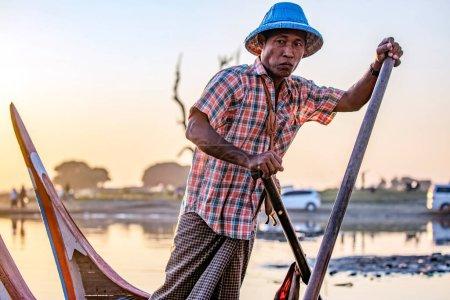 Photo pour Asiatique bel homme sur bateau de pêche - image libre de droit