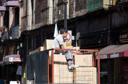 Photo pour Travailleur dans une voiture de camion - image libre de droit