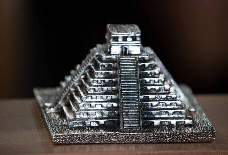 Photo pour Modèle de pyramide maya gros plan - image libre de droit