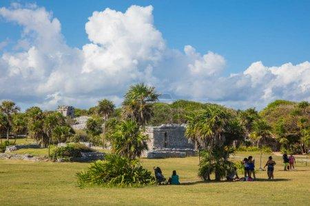 Photo pour CHICHEN ITZA, MEXIQUE - 5 JANVIER 2016 : Des touristes non identifiés visitent les ruines mayas. Chichen Itza était l'une des plus grandes villes mayas et il était probable que ce fut l'une des grandes villes mythiques. - image libre de droit
