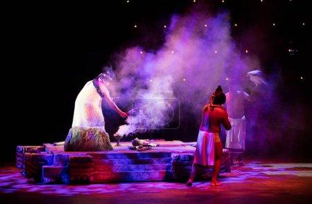 Photo pour XCARET, MEXIQUE - 6 janvier 2016 : Spectacle à Xcaret, un site archéologique de civilisation maya situé sur la côte caribéenne de la péninsule du Yucatan. - image libre de droit