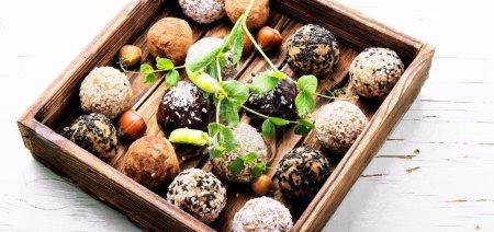 Photo pour Bonbons diététiques avec pois chiches, les raisins, les abricots séchés et les noix. Nourriture propre - image libre de droit