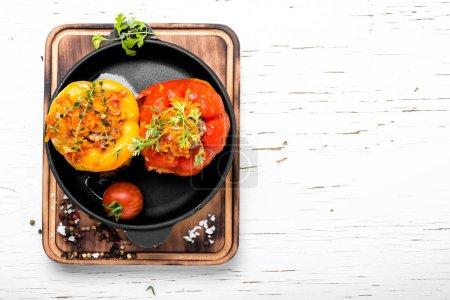 Foto de Deliciosos pimientos rellenos en sartén. Pimiento al horno - Imagen libre de derechos