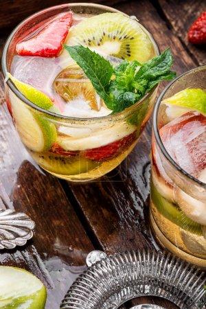 Photo pour Boisson gazeuse estivale au kiwi, au citron vert et à la fraise.Cocktail.Cocktail alcoolisé congelé - image libre de droit
