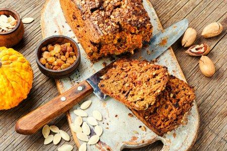 Photo pour Pain d'automne fait maison, pain à la citrouille sur table en bois. - image libre de droit
