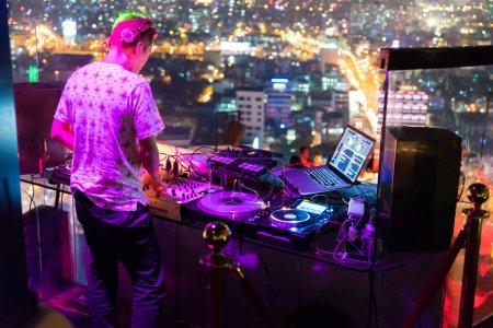 Foto de DJ - partido sobre edificio con música - Imagen libre de derechos