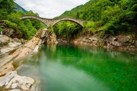 Photo pour Rivière Verzasca à Lavertezzo - ruisseau d'eau claire et turquoise et rochers au Tessin - Valle Verzasca - Vallée au Tessin, Suisse - image libre de droit