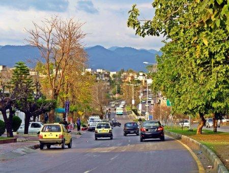 Photo pour Islamabad a été construit dans les années 1960. Le plan directeur de la ville divise la ville en huit zones, y compris les zones administratives, enclaves diplomatiques, zones résidentielles, secteurs éducatifs, secteurs industriels, zones commerciales et zones rurales et vertes. - image libre de droit
