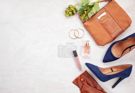 Photo pour Accessoires de mode et chaussures à talons hauts bleus pour filles et femmes. Tendances de la mode urbaine, concept blog beauté - image libre de droit
