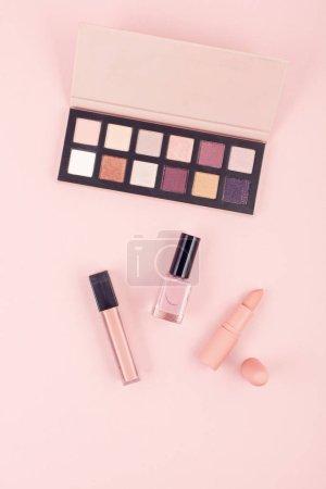 Photo pour Maquette de produits cosmétiques maquillage sur fond rose pastel, plat Lapointe, haut de la page vue. Femme beauté mode image pour ventes, achats, Articles de mode et beauté - image libre de droit