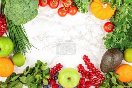 Foto de Variedad de coloridas frutas y verduras. Comer sano, planificación de la dieta, pérdida de peso, desintoxicación, concepto de agricultura orgánica - Imagen libre de derechos