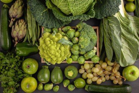 Photo pour Vue de dessus de légumes biologiques en couleur verte. Healthy eating concept au fil des saisons. L'agriculture biologique, agriculture, marché, shopping - image libre de droit