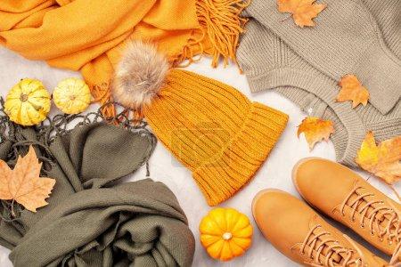 Photo pour Pose plate avec tenue chaude et confortable pour le temps froid. Automne confortable, vêtements d'hiver shopping, vente, style dans le concept de couleurs à la mode - image libre de droit